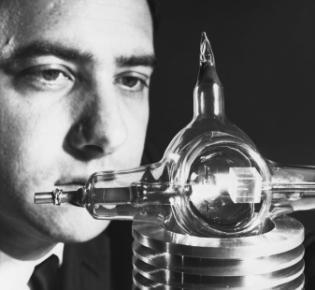 Theodore Maiman mit Laser, 1960