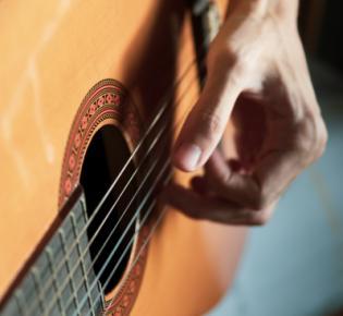 Linkshänder spielt klassische Gitarre