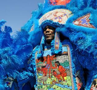 Kostümierter Teilnehmer der Mardi Gras Indian Parade