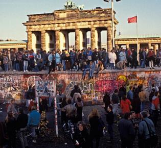Am Tag als die Mauer fiel - feiernde Menschen am Brandenburger Tor
