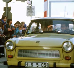 Trabi beim Passieren des Check Point Charlie, 14.11.1989