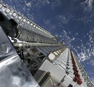 Zwei Stapel mit insgesamt 60 Starlink-Satelliten in einer Falcon‑9-Oberstufe