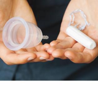 Menstruationstasse und Tampon
