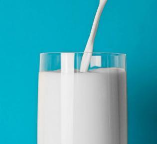 Befüllen eines Glases mit Milch