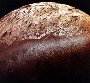 Oberfläche des Eismondes Triton, aufgenommen von Voyager 2, 1989