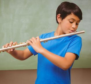 Flötespielender Junge