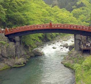 Heilige Brücke Shinkyo über den Gebirgsfluss Daiyo-gawa in Nikko