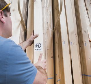 Wer beim Einkauf auf das PEFC-Siegel achtet, trägt zum Waldschtz bei