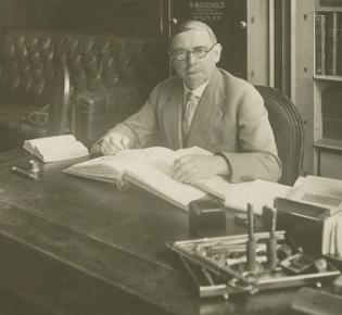 Der Unternehmensgründer Heinrich Köhler 1925 in seinem Büro.