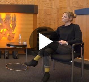 WDR-Moderatorin Anja Backhaus im Plenarsaal der Stadt Düsseldorf