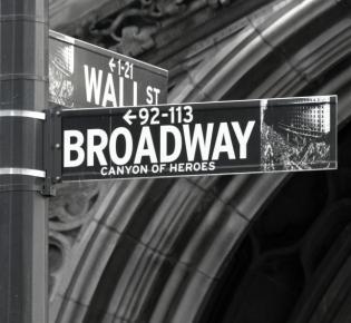Straßenschild an der Kreuzung Broadway und Manhattan