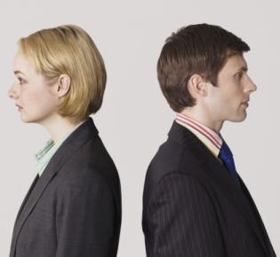 Frau und Mann, Rücken an Rücken