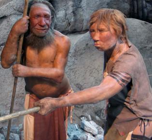 Neanderthaler-Modellfiguren im Neanderthal Museum, Mettmann