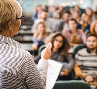 Dozentin und Studenten im Hörsaal