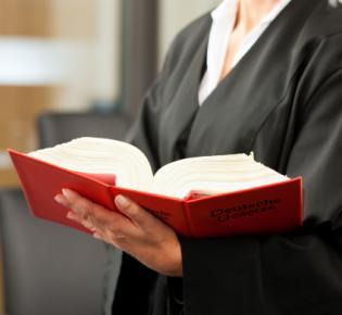 Anwältin mit Gesetzesbuch