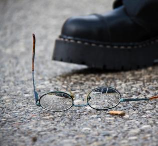 Springerstiefel und kaputte Brille