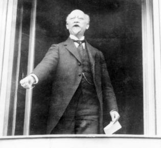 Philipp Scheidemann nach Ausrufung der Republik bei einer weiteren Rede im Fenster der Reichskanzlei.