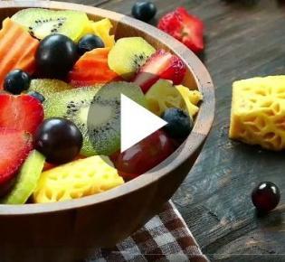 Tischfläche mit Obstschale und herumliegenden Früchten