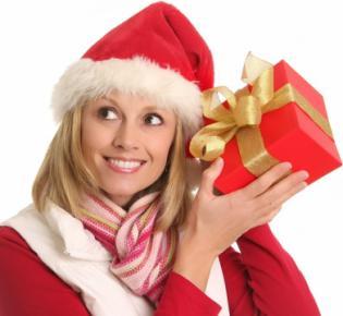 Junge Frau mit Geschenkpaet am Ohr