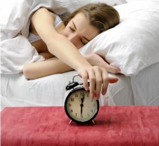 Jugendliche stellt den Weckeralarm ab