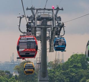Gondeln der Singapore Cable Car über Sentosa island