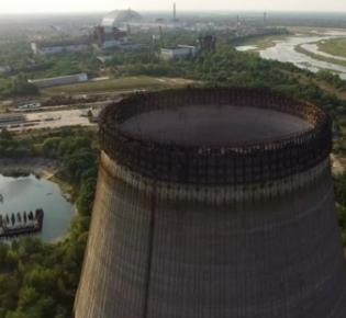 Blick über Tschernobyl in Richtung des Sarakophag-Gebäudes über dem Reaktorblock 4