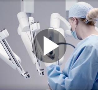 Medizinerin mit OP-Roboter