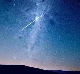 Sternschnuppe vor Milchstraße