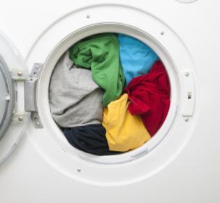 Volle Waschmachine mit geöffneter Tür
