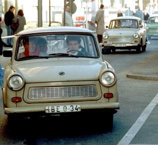 Ein Trabbi fährt durch den Checkpoint Charlie