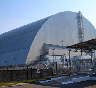 2016 installierte Schutzhülle über dem havarierten Reaktorblock 4 in Tschernobyl