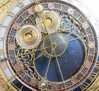Ziffernblatt der Astronomischen Uhr am Rathausturm von Prag