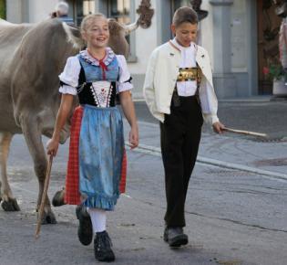 Jugendliche mit Trachtenkleidung