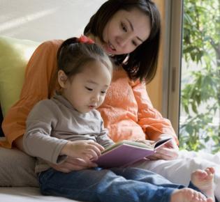 Mutter und Tochter beim Vorlesen