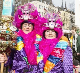 Zwei Fauen in Karnevalskostümen auf dem Kölner Heumarkt