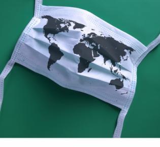Schutzmaske mit aufgedruckter Weltkarte