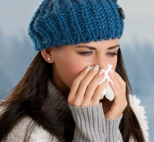 Erkältete Frau in Winterbekleidung