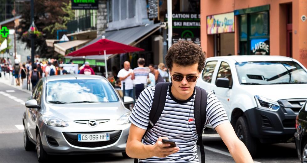 Radfahrer beim Hantieren mit dem Smartphone