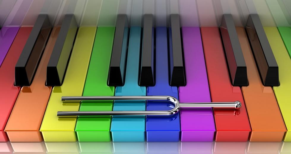 Piano mit farbigen Tasten und Tongabel