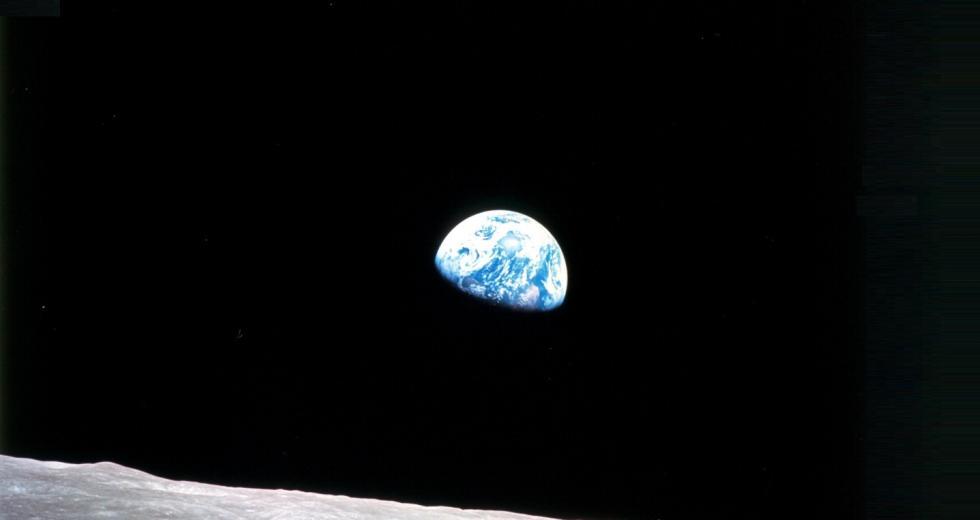 Earthrise über der Mondoberfläche