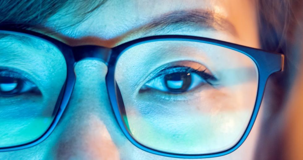 Brillenträgerin bei Bildschirmarbeit, Nahansicht eines Gesichtsausschnitts