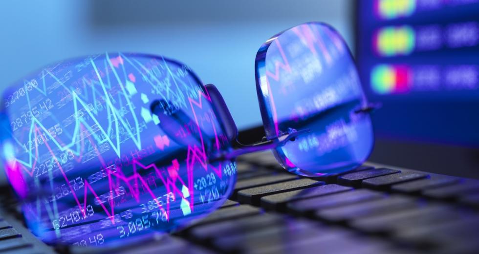 Brille auf Computer-Tastatur