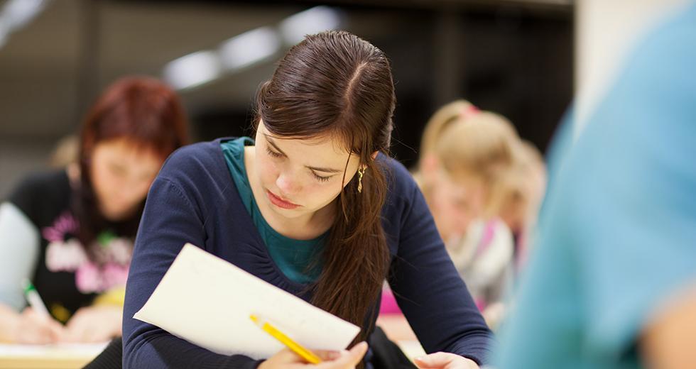 Lehramtsstudentin wähend einer Prüfung