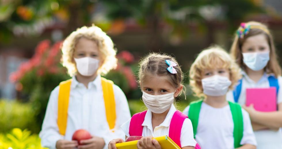 Schulkinder mit Schutzmasken