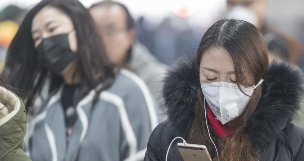 Chinesische Passanten mit Atemschutzmaske