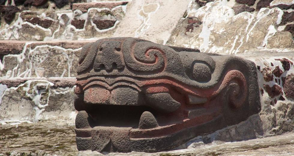 Steinerner Schangenkopf des Templo Mayor von Tenochtitlan