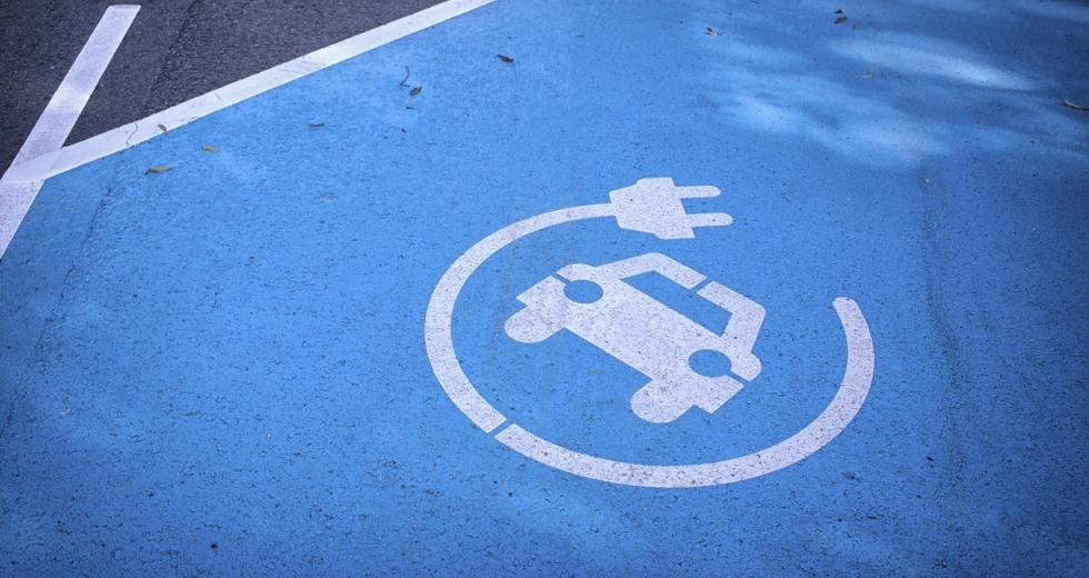 Fahrbahnmarkierung einer Ladestation für Elektroautos