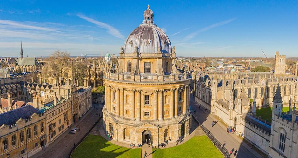Radcliffe Camera zwischen Brasenose College (links) und All Souls College (rechts), Oxford