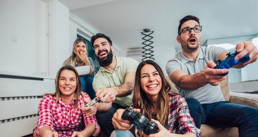 Junge Erwachsene beim Videospielen