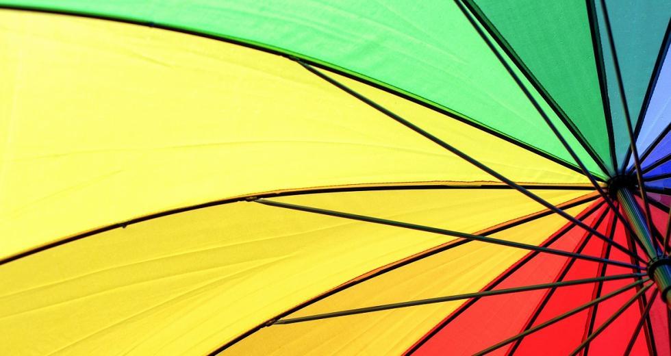 Papierschirm in den Farben Gelb, Rot, Grün und Blau